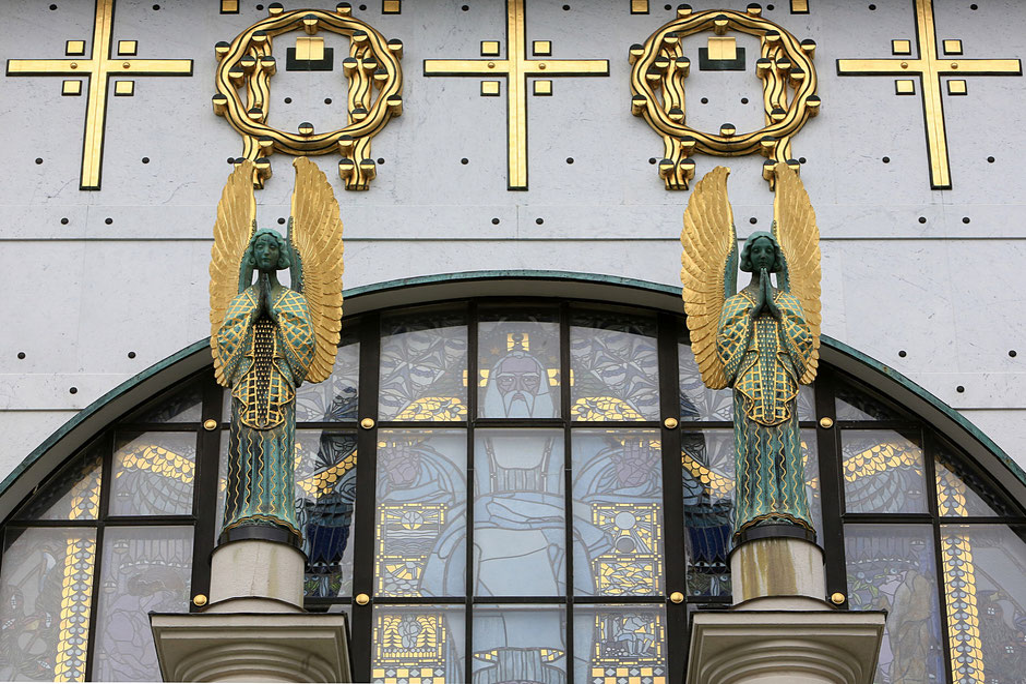 """Statues d'anges conçues par Othmar Schimkowitz. Dans la fenêtre, une oeuvre de Kolo Moser appelée """"la Chute"""". Steinhof Church built by Otto Wagner between 1902 and 1907."""