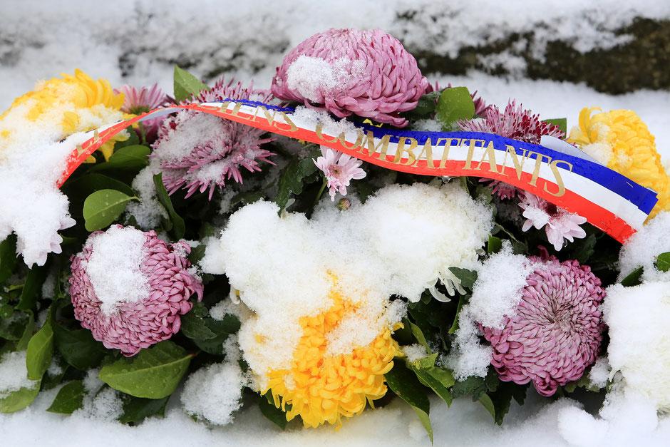 Dépôt d'une gerbe de fleurs sur la tombe du soldat inconnu. 11 novembre 2016. Les Contamines-Montjoie.