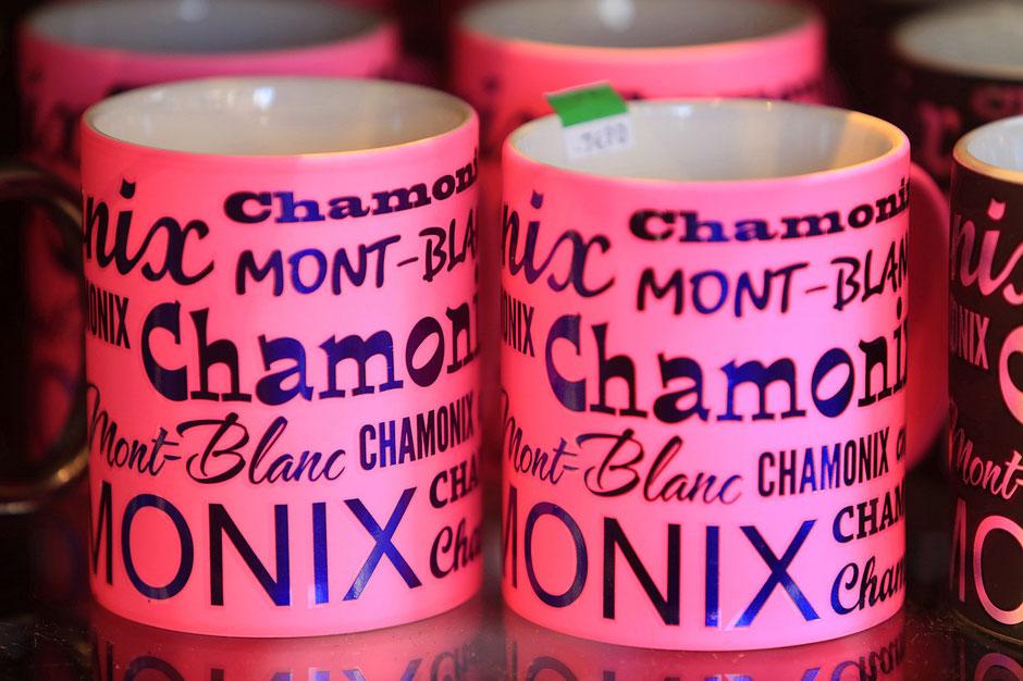 Vente de souvenirs. Tasses. Chamonix. Haute-Savoie.