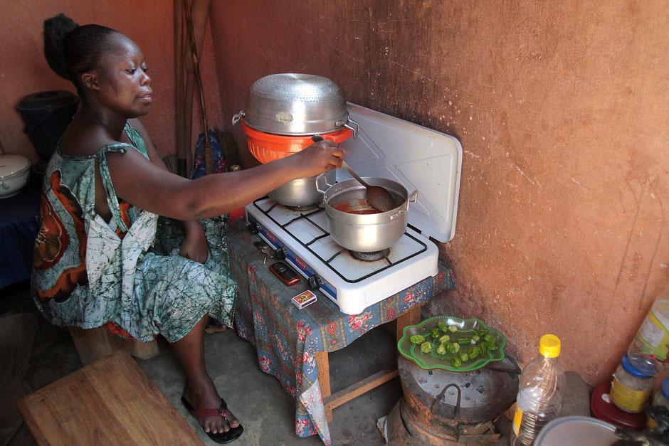 Préparation du repas. Lomé. Togo.