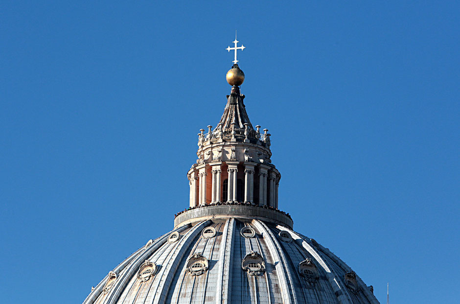 Dome. Facade of St. Peter's Basilica. Roma.