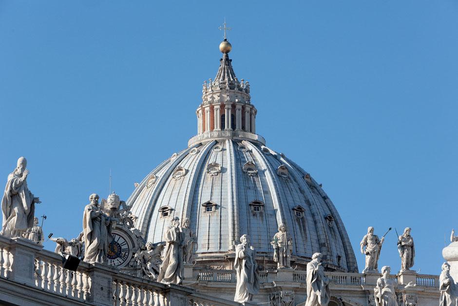 Dome. Facade of St. Peter's Basilica. Roma.