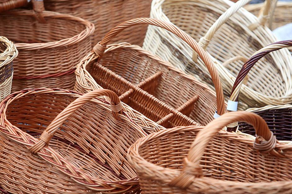 Commerce de ventes de paniers en osier. Marché de Sallanches. Haute-Savoie.