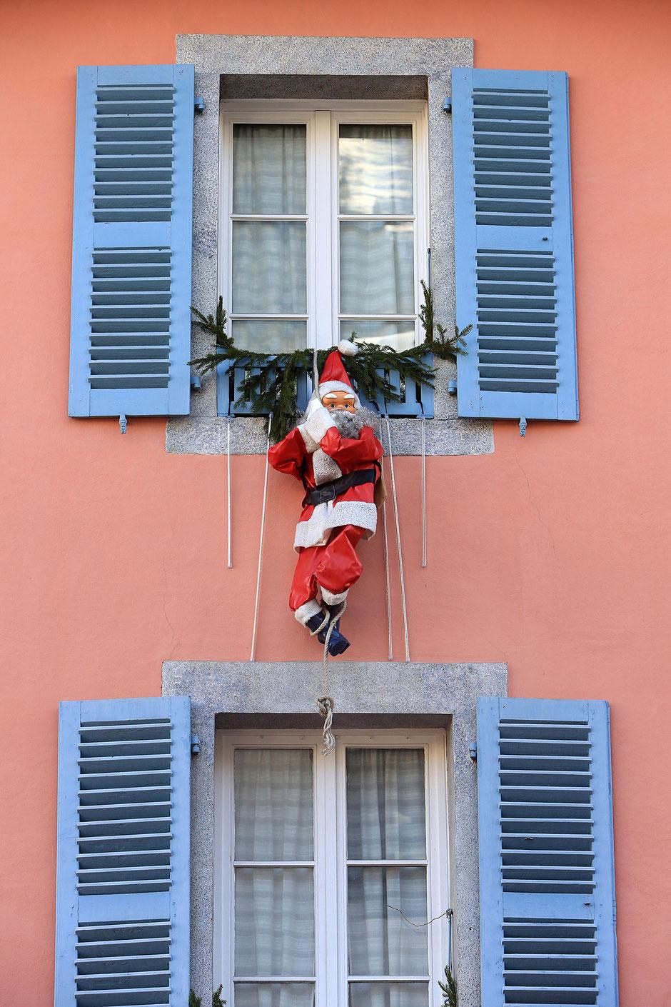 Père Noël suspendu à une fenêtre. Chamonix. Haute-Savoie.