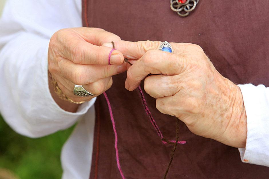 Tricoter avec les doigts. Les Médiévales de Praz-sur-Arly. 2014. Haute-Savoie.