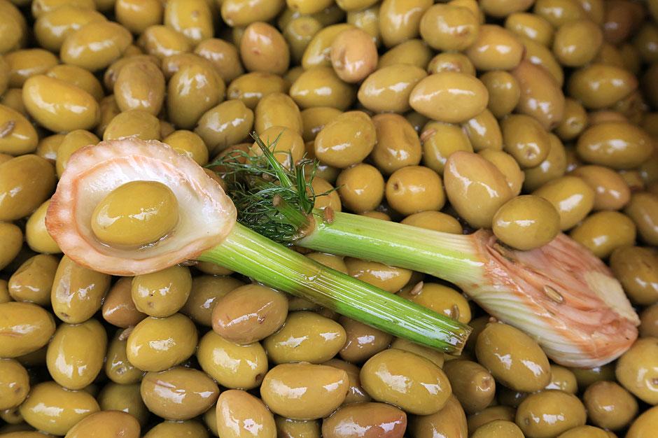 Olives vertes Andalouses au citron. Saint-Gervais-les-Bains. Haute-Savoie.