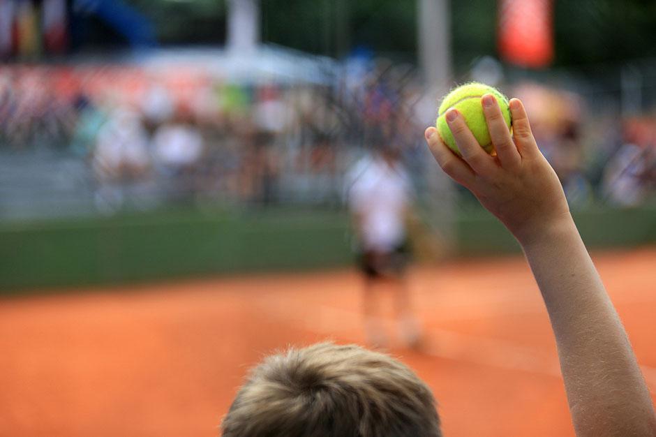 Ramasseur de balles. Tennis de Saint-Gervais-les-Bains. Haute-Savoie.