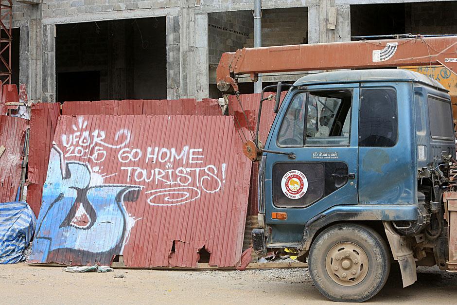 """""""Rentrez-chez vous, touristes !."""" Vang Vieng. Laos."""