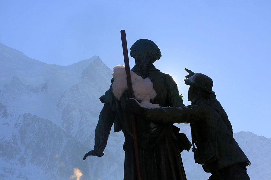 Statue du guide Jacques Balmat indiquant le sommet du Mont-Blanc à Horace-Bénédict de Saussure. Chamonix. Haute-Savoie.