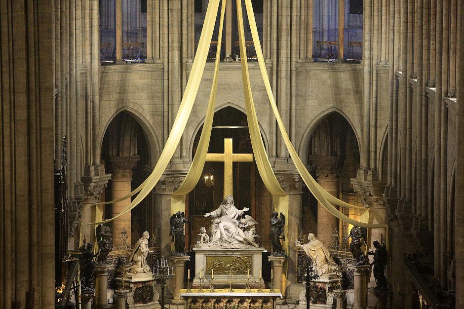 Le choeur et la Pietà du sculpteur Nicolas Coustou. Cathédrale Notre-Dame de Paris.