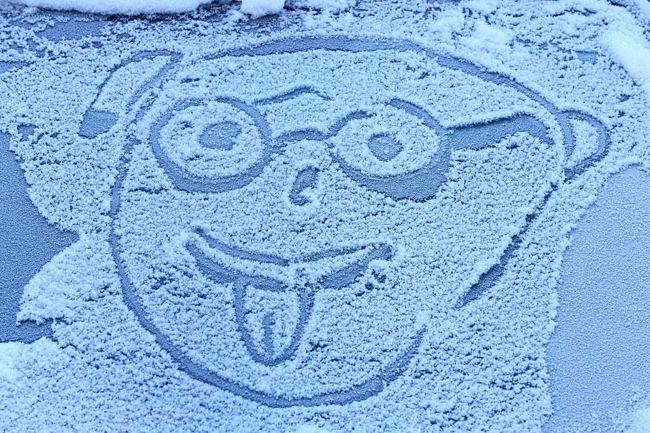 Illustration d'un personnage qui tire la langue sur le pare-brise d'une voiture enneigée. Chamonix. Haute-Savoie.