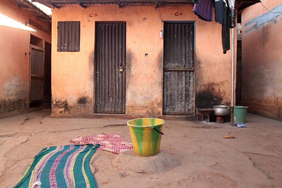 Habitation togolaise. La lessive. Lomé. Togo.