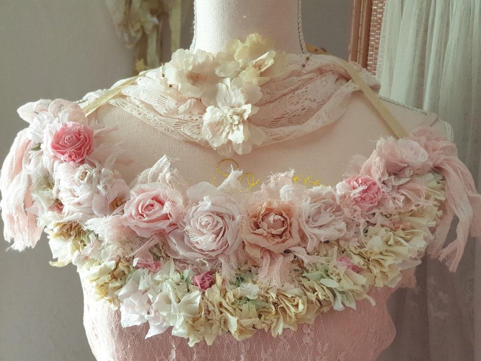 Nouvelle guirlande et roses faites en papier.
