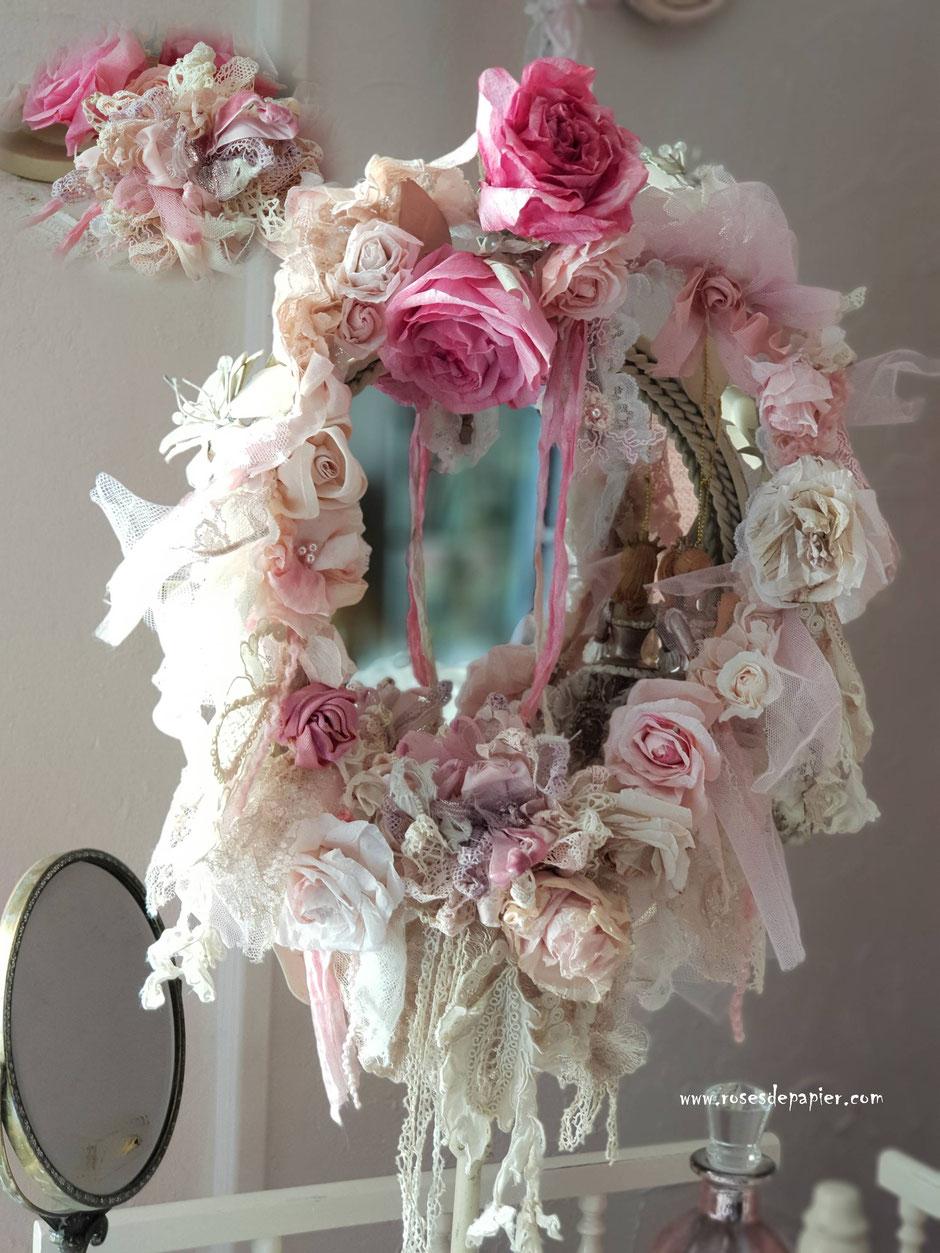 Des guirlandes de roses à souhait avec de la dentelle ancienne française!