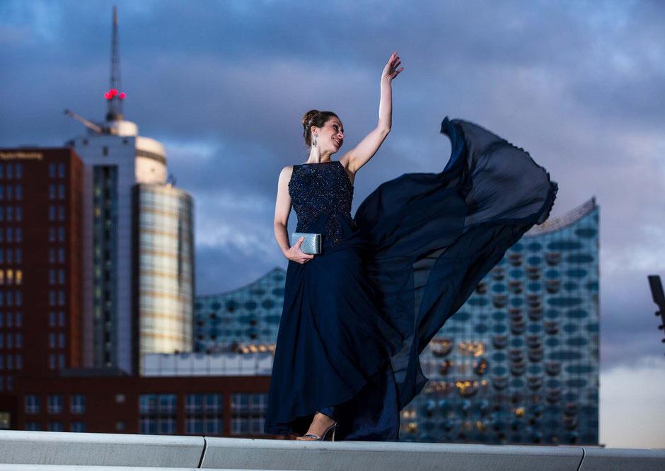 Frau im Abendkleid vor Panorama mit Elbphilharmonie Hamburg, Businessporträt