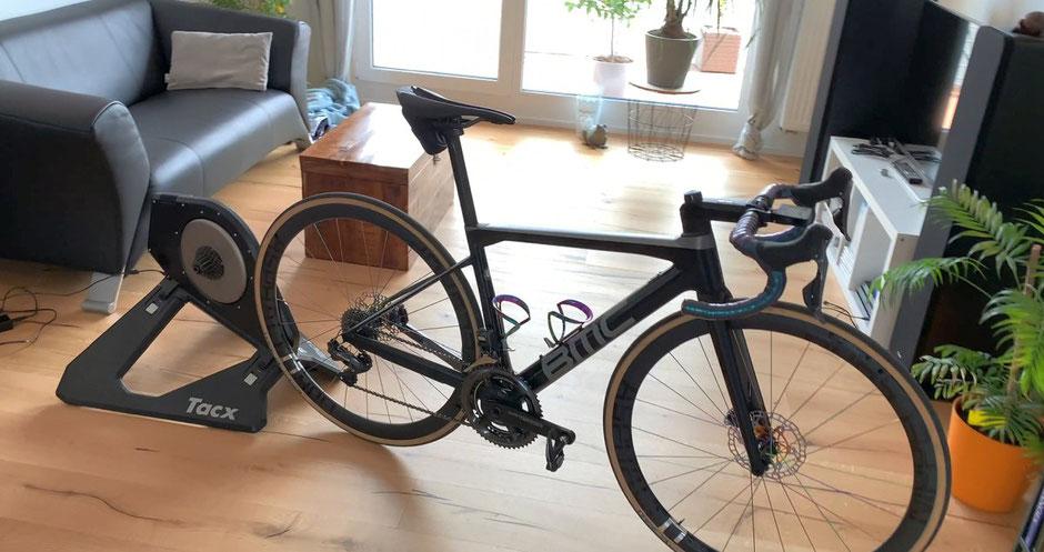 Pain Cave mit Rollentrainer für Radsportler und Triathleten