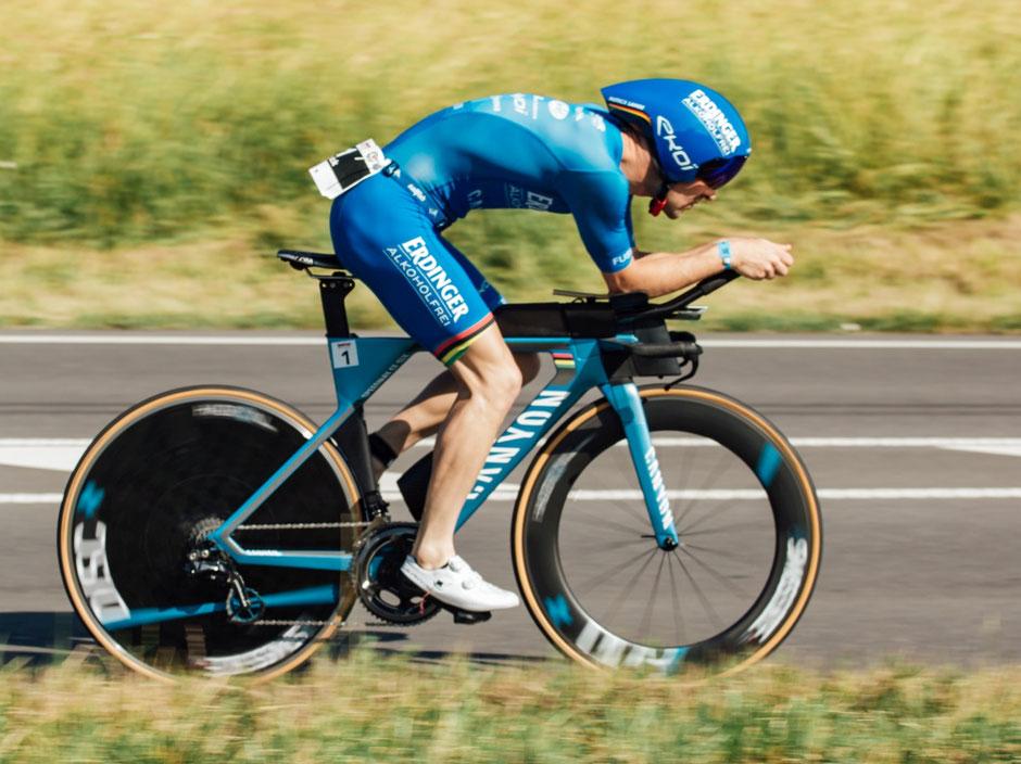 Ironman-Weltmeister Patrick Lange auf der Radstrecke