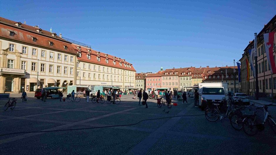 Abstandhalten in Corona-Zeiten am Bauernmarkt auf dem Maxplatz in Bamberg - nicht nur eine Frage des Respekt gegenübe den Mitmenschen. Bilder: Bierhals