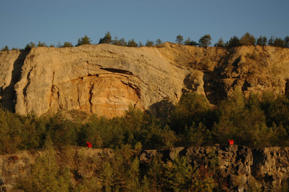 Die Aufnahmen mit meinen roten Therapie-Sesseln in der Natur entstanden im Steinbruch bei Ludwag
