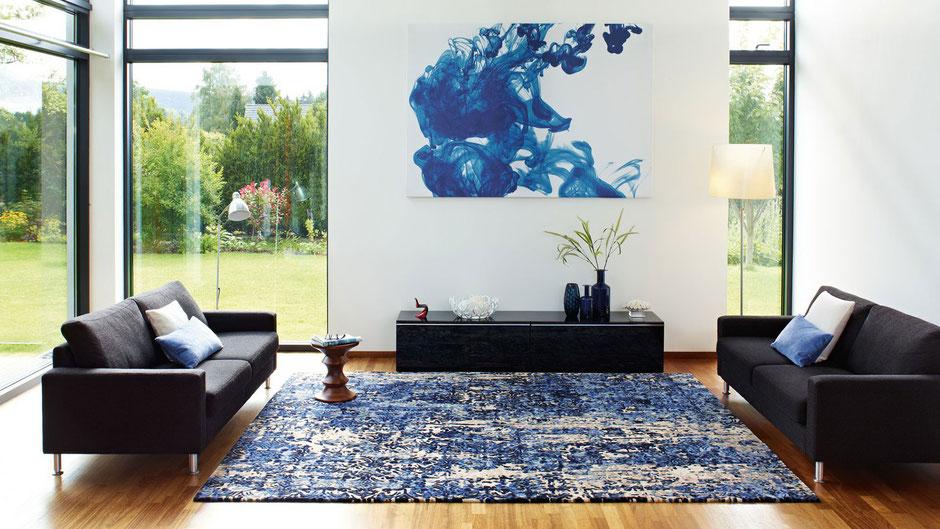 Blauer Teppich Tiles aus der Kollektion Characters von JAB ANSTOETZ in modernem Wohnambiente