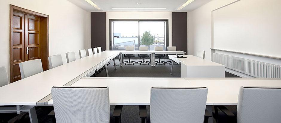 Konferenzraum mit Schiebegardinen und Flächenvorhängen von Endres Raumkultur