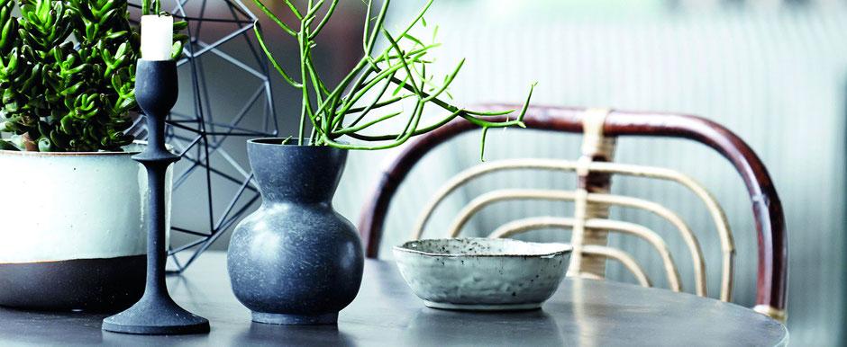 Trendige Dekoration mit Kerzenleuchter, Vase und Schale von House Doctor