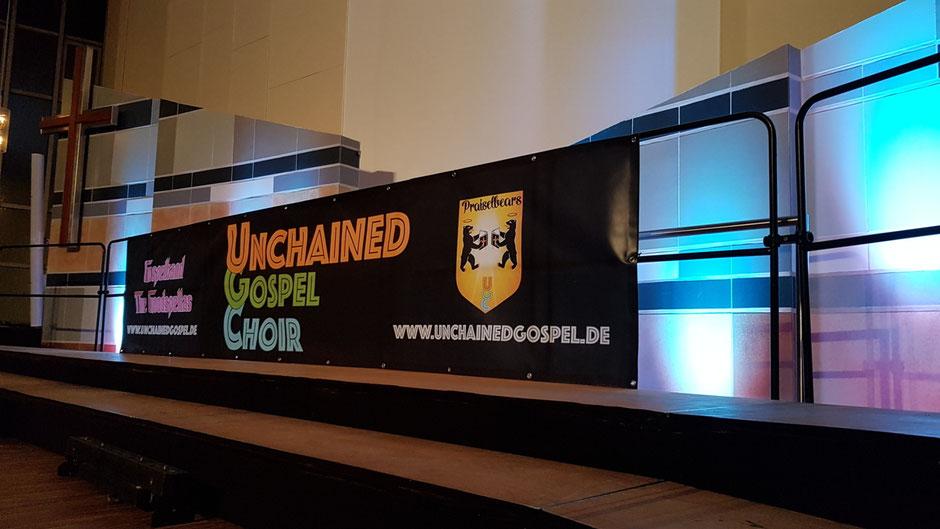 Werbebanner von UGC, Praiselbears und Goodspellas am Bühnengestell