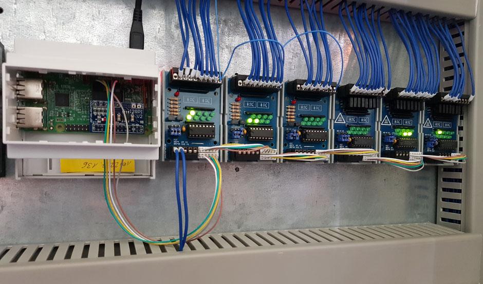 Industrie 4.0 im Einsatz: Der Single Board Computer, Raspberry Pi (links), verbunden mit elektronischen Steuerungsmodulen über I2C-Bus.
