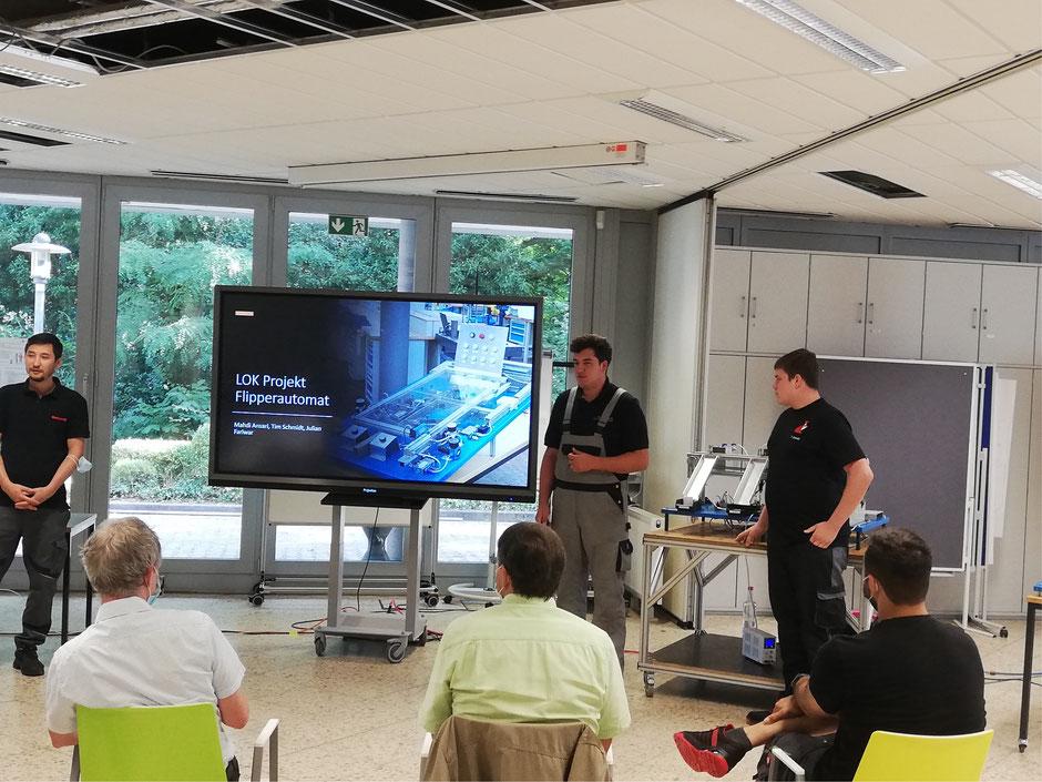 LOK-Projekt Flipperautomat: Mahdi Ansari (Elster), Julian Fariwar (Faritec), Tim Schmidt (Werner & Mertz GmbH) (von links).