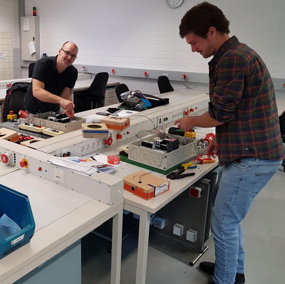 Zwei EUP-Kursteilnehmer der Firmen ZDF und Bericap bauen während des dreitägigen Praxisworkshops eine elektronische Schaltung.