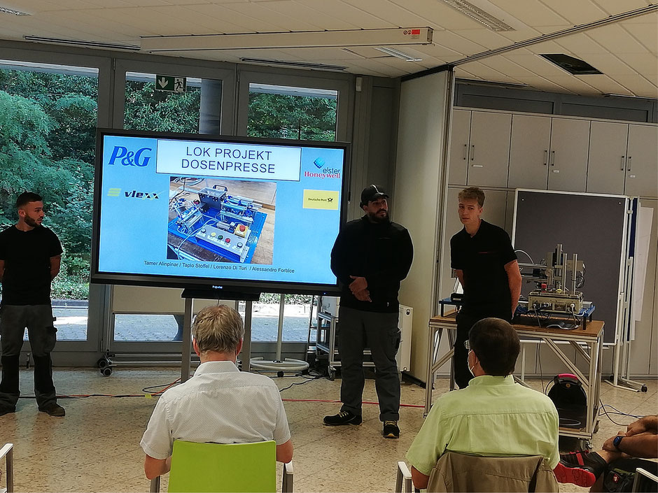 LOK-Projekt Dosenpresse: Alessandro Forbice (vlexx), Tamer Alinpinar (DHL IPZ Frankfurt), Tapio Stoffel (Elster) (von links).