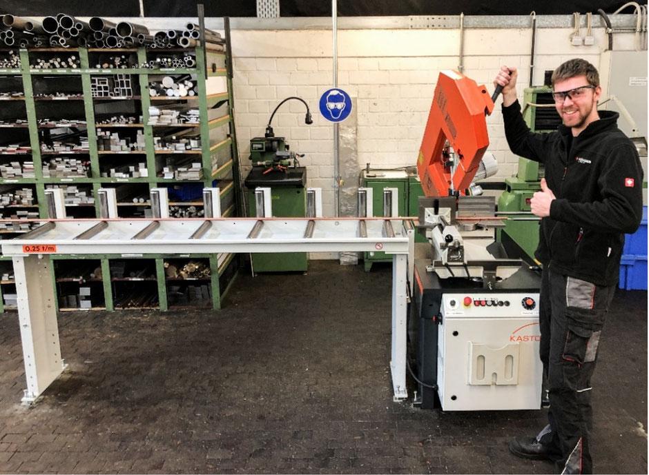 Simon Müller längt ein Kupferrohr ab, das über die Rollenbahn zugeführt wird. (Foto: Ulf Mehmel)