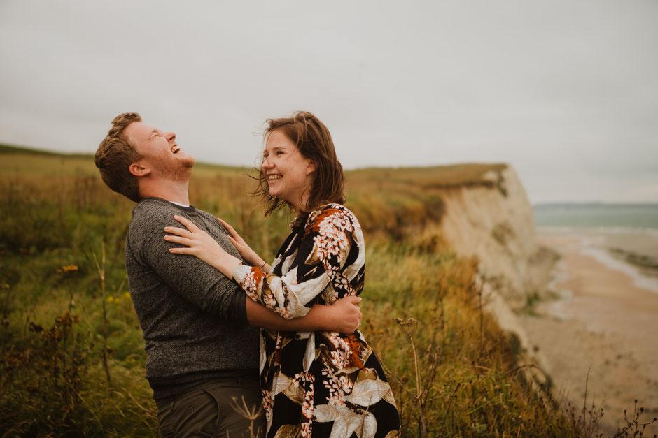 Koppel contrast strand zee Oostende fotograaf verloving verloofd trouwen huwelijk