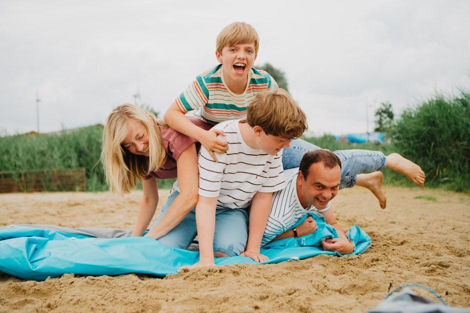 Familiesessie zee duinen kust Oostende fotograaf gezin spontaan
