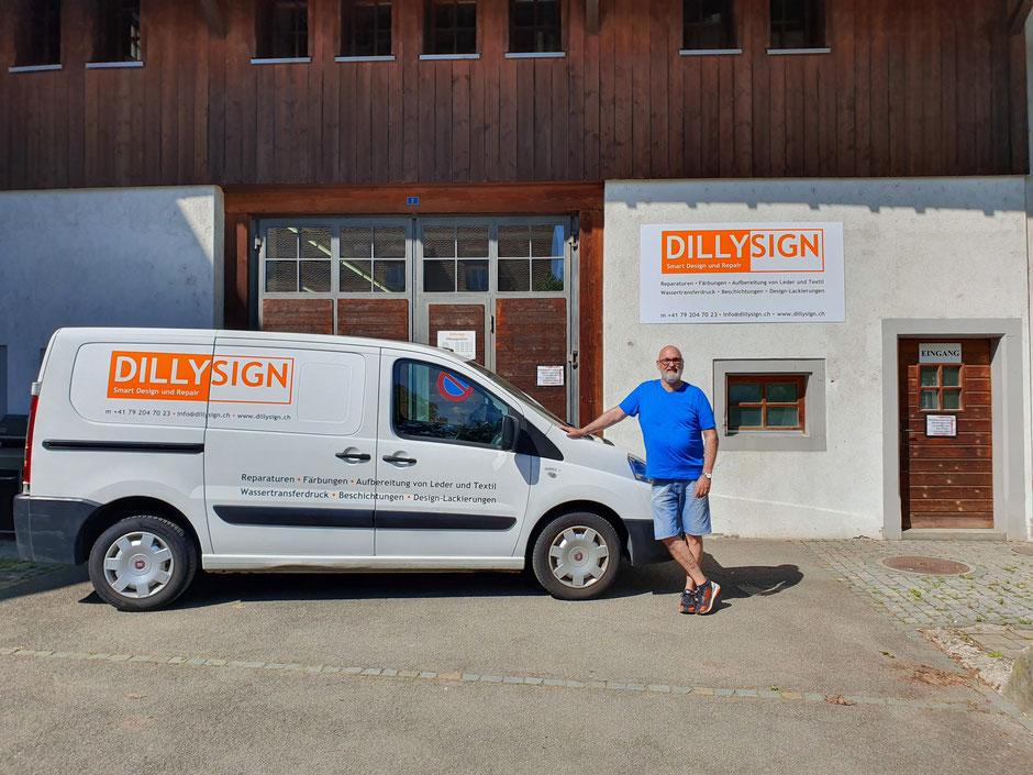 Geht nicht - gibt's nicht! Dillysign-Gründer und -Inhaber Urs Schlegel vor seinem schmucken Atelier in Bättwil.