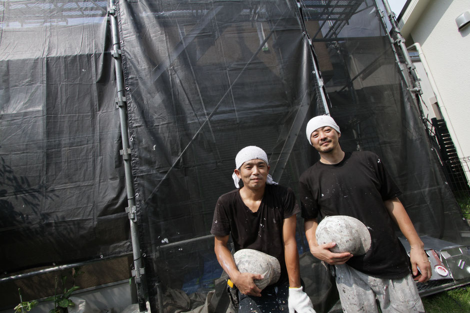 塗装工事施工現場での写真撮影 写真左:塗装職人 椴(もみ)さん  写真右:代表 星野康弘