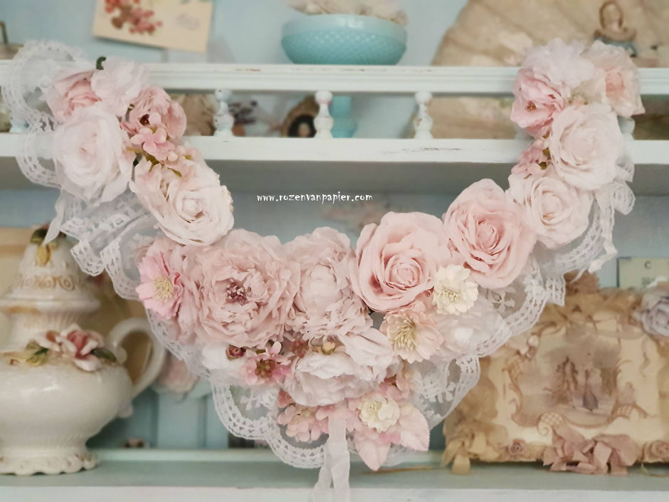 Guirlande van papieren rozen.