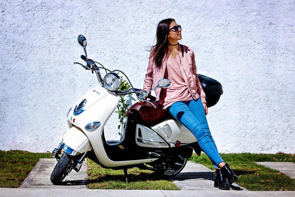 jeune femme sur un scooter blanc