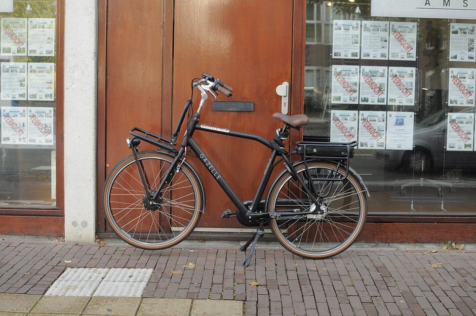 Vélo hollandais noir électrique d'occasion