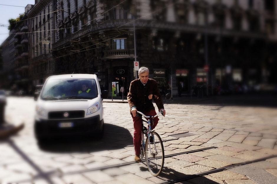 vieux monsieur à vélo devant un voiture