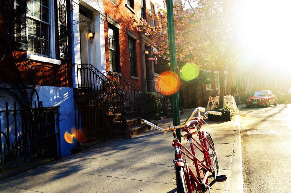 Vélo tandem vintage rouge sur le trottoir et sous la chaleur