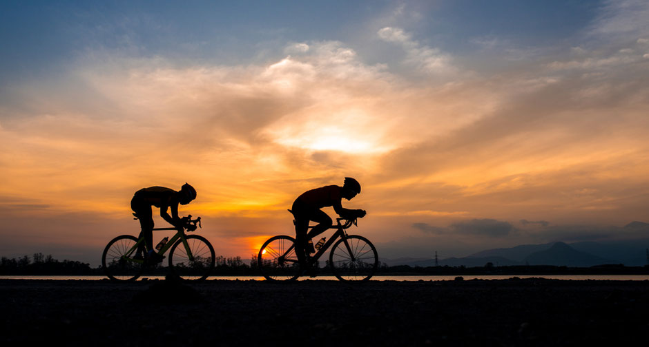 couchée de soleil avec deux cyclistes