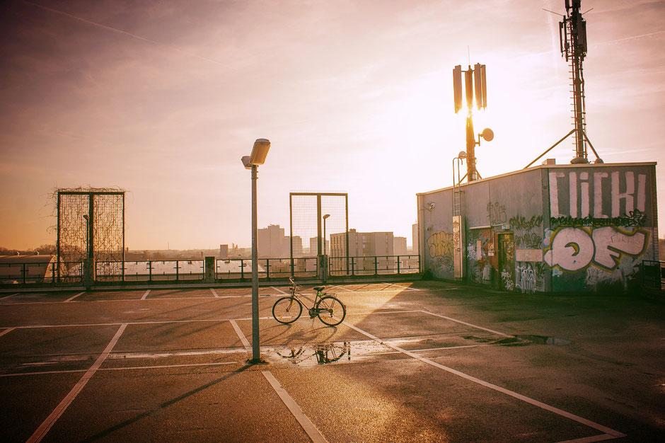 vélo de ville d'occasion sur un parking sous la canicule