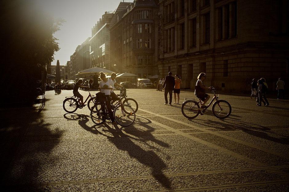 coucher de soleil avec des vélos en contre jour