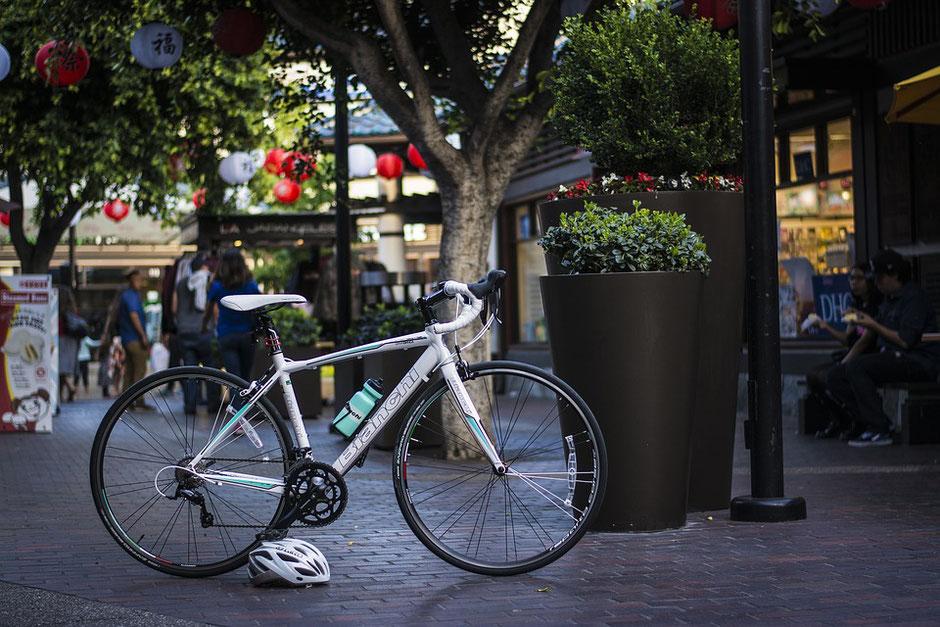 vélo de course moderne blanc