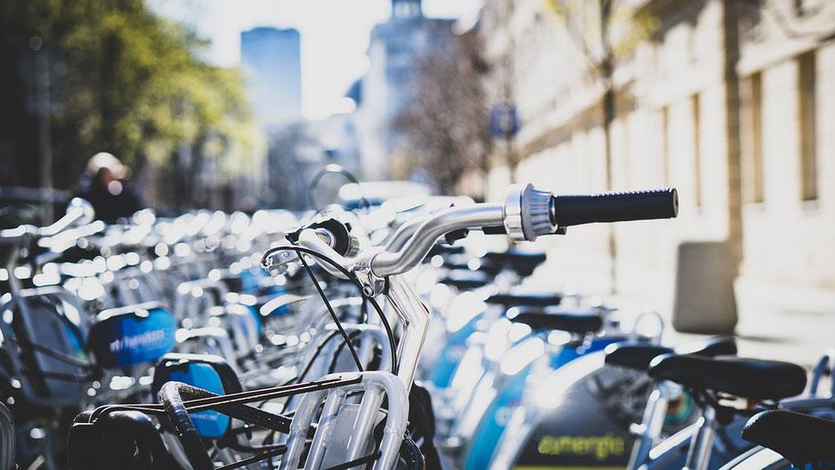 parking à vélo sous le soleil