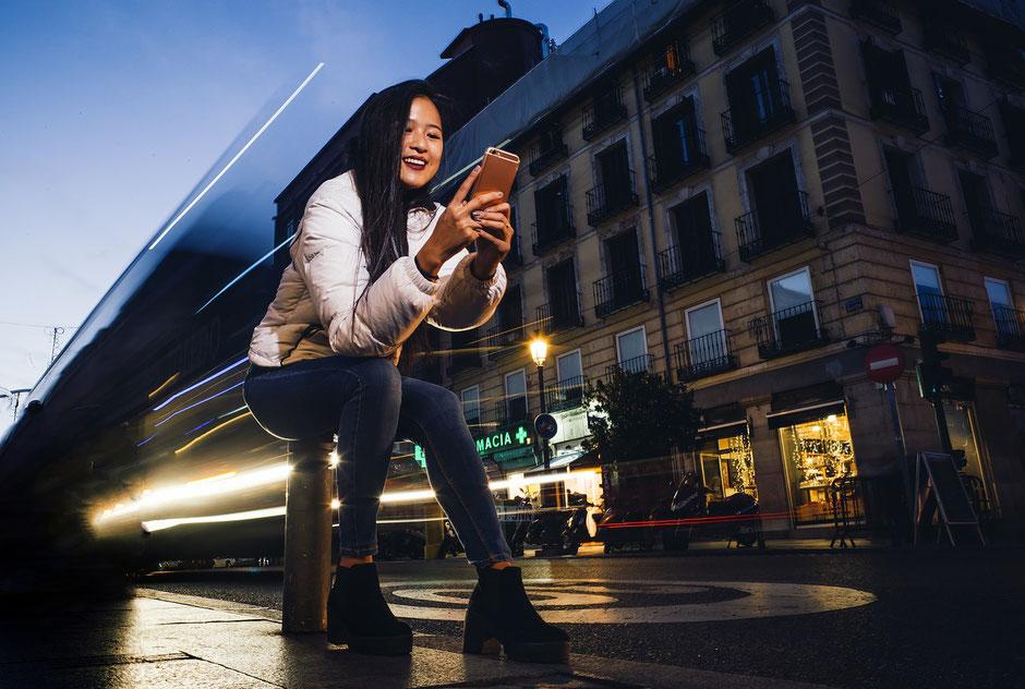 Jeune femme chinoise sur son téléphone cherchant un vélo d'occasion
