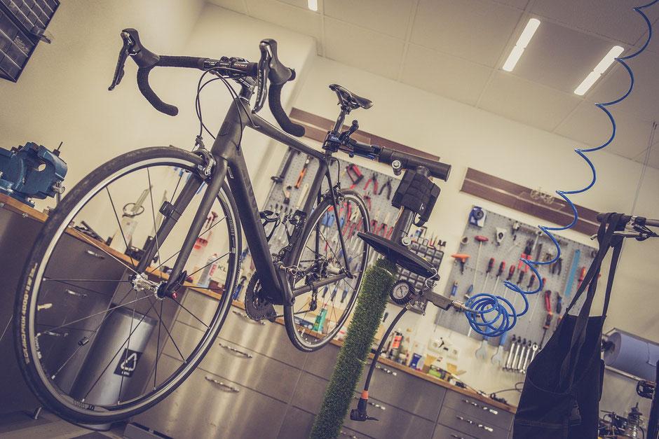 vélo de route en carbone dans un atelier de réparation