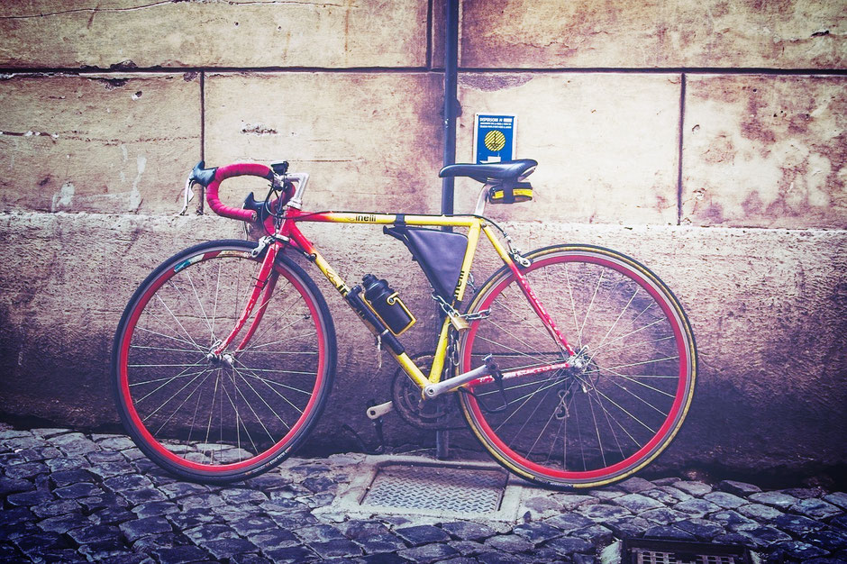 vélo de course d'occasion dans une rue pavée