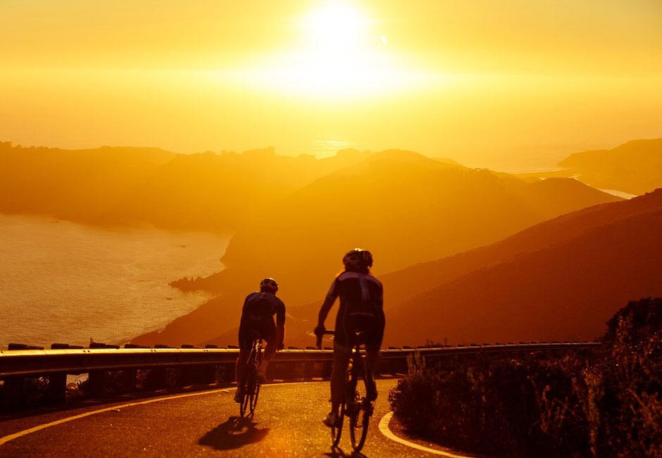 Deux cyclistes sur des vélos de route d'occasion sous le soleil et le long de la côte d'azur